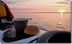 Hommikukohv Tallinna lahel päikesetõusul